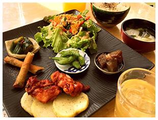 野菜たっぷり!ママズカフェの日替わりランチ(乾杯♪お酒にもごはんにも合うランチ)