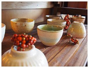 この地域の誇る美濃焼を展示販売しています。季節に合わせて陶器を入れ替えています。